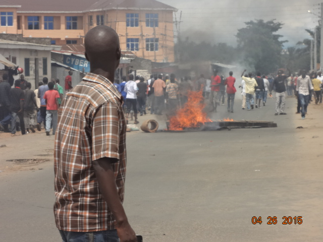 Protestors have set up burning perimeters to stop the police from advancing. Photo © by Jean-Marie Ntahimpera